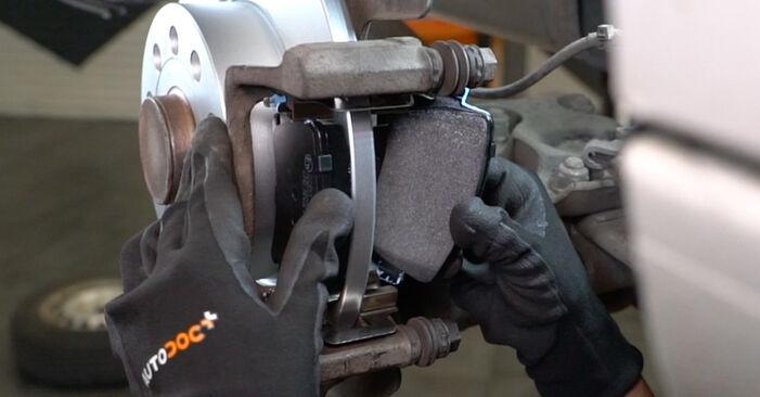 Wie schwer ist es, selbst zu reparieren: Bremsscheiben VW Caddy 3 kasten 2.0 TDI 16V 2010 Tausch - Downloaden Sie sich illustrierte Anleitungen