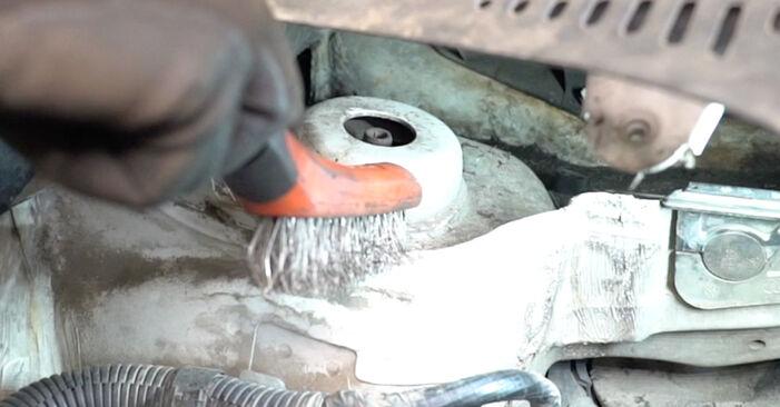 Quão difícil é efetuar a substituição de Amortecedor no VW Caddy 3 Van 2.0 TDI 16V 2010 por si mesmo - descarregue o guia ilustrado