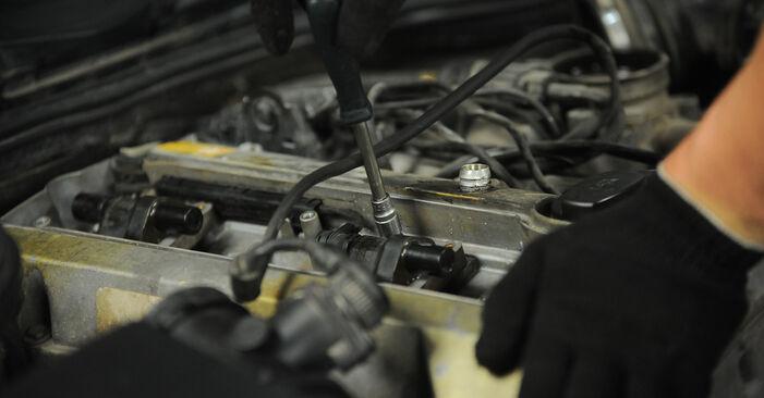 Wechseln Zündkerzen am MERCEDES-BENZ E-Klasse Limousine (W210) E 290 2.9 Turbo Diesel (210.017) 1998 selber
