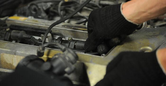Zündkerzen am MERCEDES-BENZ E-Klasse Limousine (W210) E 270 CDI 2.7 (210.016) 2000 wechseln – Laden Sie sich PDF-Handbücher und Videoanleitungen herunter