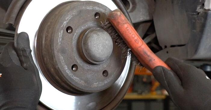 Schritt-für-Schritt-Anleitung zum selbstständigen Wechsel von Mercedes W168 2002 A 190 1.9 (168.032, 168.132) Bremsscheiben