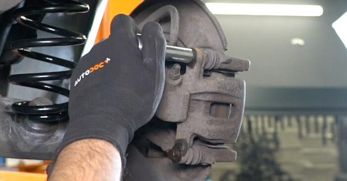 Wie schwer ist es, selbst zu reparieren: Bremsscheiben Mercedes W168 A 160 CDI 1.7 (168.006) 2003 Tausch - Downloaden Sie sich illustrierte Anleitungen