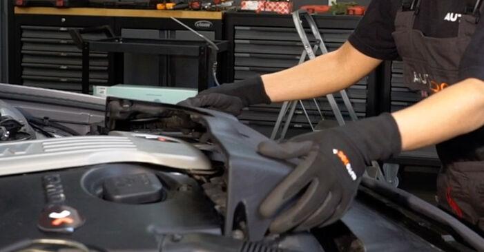 Wechseln Luftfilter am BMW 5 Touring (E39) 523i 2.5 1997 selber