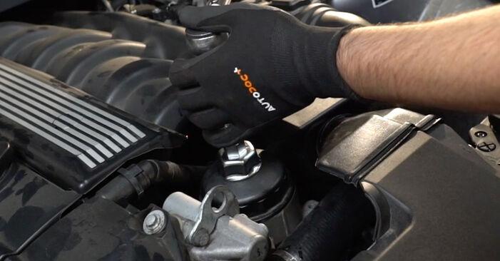 Wie schmierig ist es, selber zu reparieren: Ölfilter beim BMW E36 323i 2.5 2000 wechseln – Downloaden Sie sich Bildanleitungen