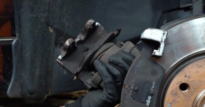 BMW 3 SERIES 320i 2.0 Bremsbeläge ausbauen: Anweisungen und Video-Tutorials online