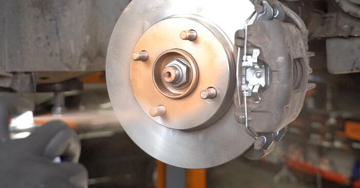 NISSAN MICRA 1.5 D Bremsscheiben ausbauen: Anweisungen und Video-Tutorials online