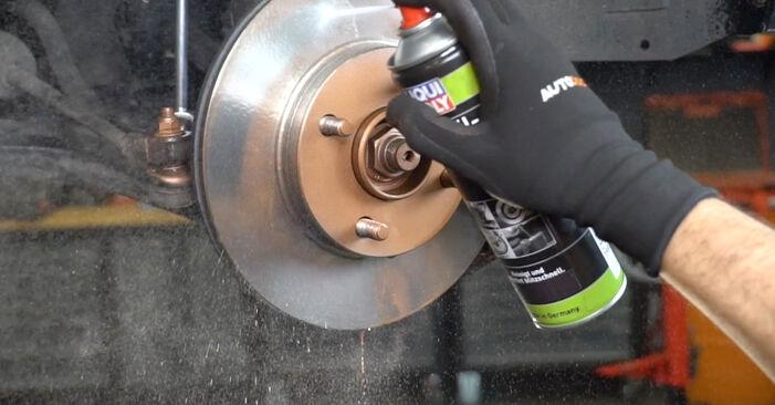 Austauschen Anleitung Bremsscheiben am Nissan Micra k11 2002 1.0 i 16V selbst