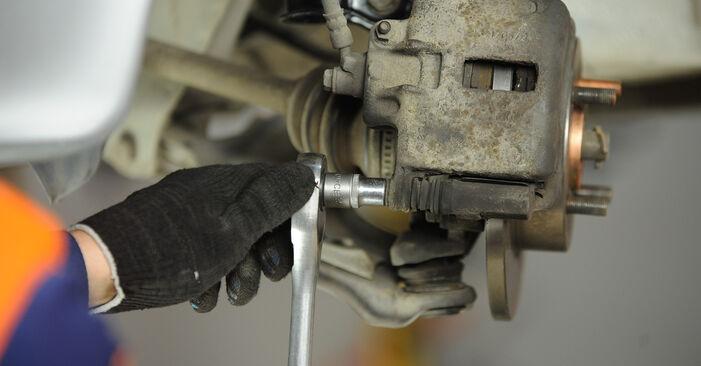 Wie schwer ist es, selbst zu reparieren: Bremsscheiben Nissan Micra k11 1.0 i 16V 1998 Tausch - Downloaden Sie sich illustrierte Anleitungen