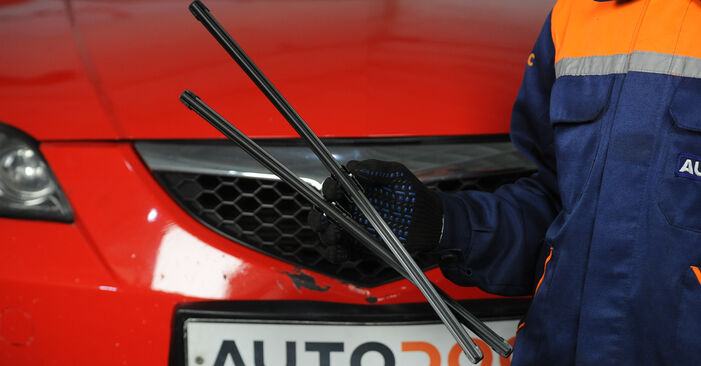 Wymiana Pióro wycieraczki Mazda 3 Sedan 2003 - darmowe instrukcje PDF i wideo