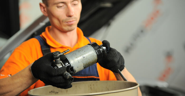 Kraftstofffilter beim HYUNDAI SANTA FE 2.2 CRDi 4x4 2012 selber erneuern - DIY-Manual