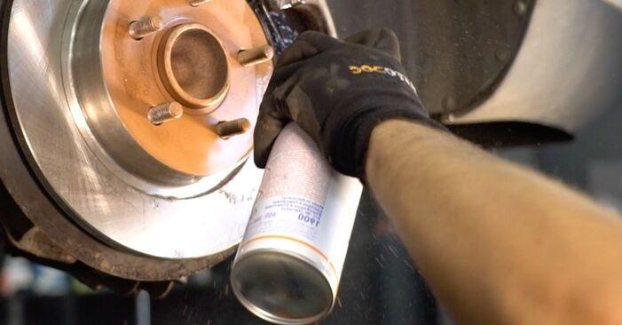 Не е трудно да го направим сами: смяна на Спирачни Накладки на Mazda 3 Седан 2.3 2009 - свали илюстрирано ръководство