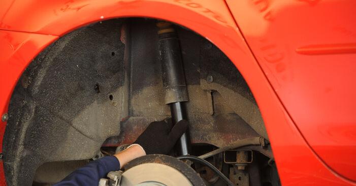 Slik bytter du MAZDA 3 sedan (BK) 1.6 2004 Støtdemper selv – trinn-for-trinn veiledninger og videoer