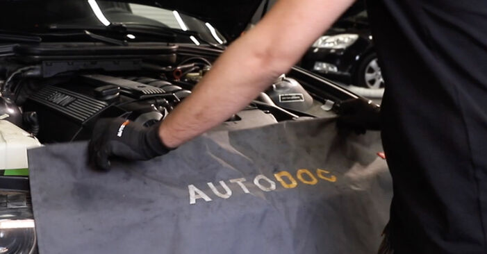 Wechseln Sie Luftfilter beim BMW E36 1997 320i 2.0 selber aus