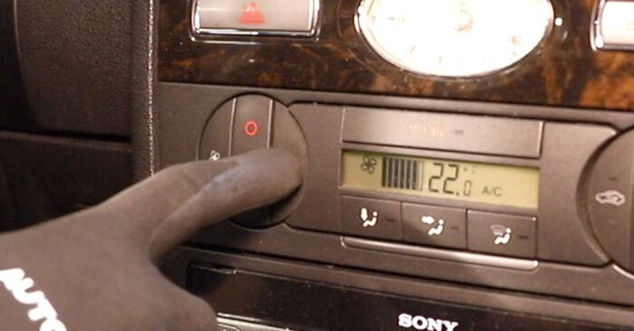 Wymień samodzielnie Filtr powietrza kabinowy w Ford Mondeo mk3 Sedan 2002 2.0 TDCi