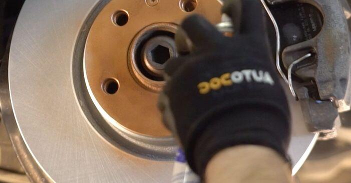 Wie schwer ist es, selbst zu reparieren: Bremsscheiben Audi A4 B5 Avant 2.5 TDI 2000 Tausch - Downloaden Sie sich illustrierte Anleitungen
