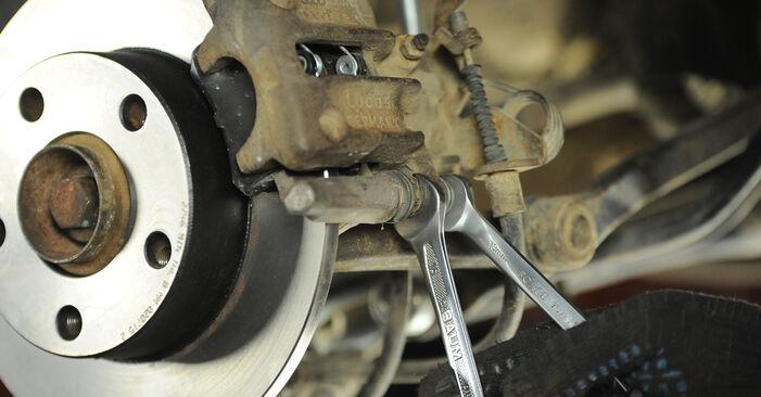 Wie kompliziert ist es, selbst zu reparieren: Bremsscheiben am Audi A4 B5 Avant 2.5 TDI 2000 ersetzen – Laden Sie sich illustrierte Wegleitungen herunter