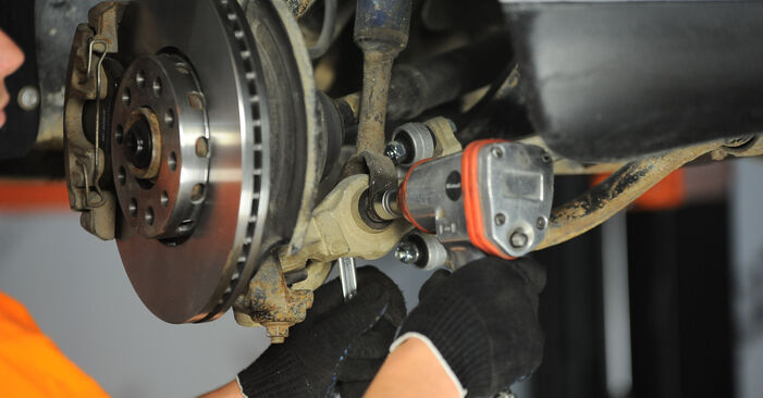 Cómo es de difícil hacerlo usted mismo: reemplazo de Amortiguadores en un Audi A4 B5 Avant 2.5 TDI 2000 - descargue la guía ilustrada