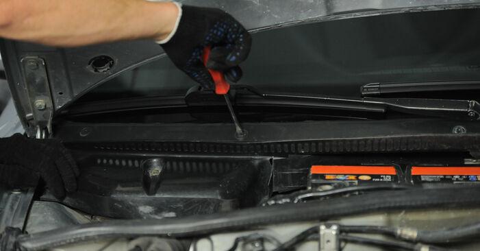 AUDI A4 1.8 Innenraumfilter ausbauen: Anweisungen und Video-Tutorials online