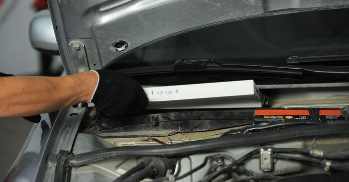 Wie schwer ist es, selbst zu reparieren: Innenraumfilter Audi A4 B5 Avant 2.5 TDI 2000 Tausch - Downloaden Sie sich illustrierte Anleitungen