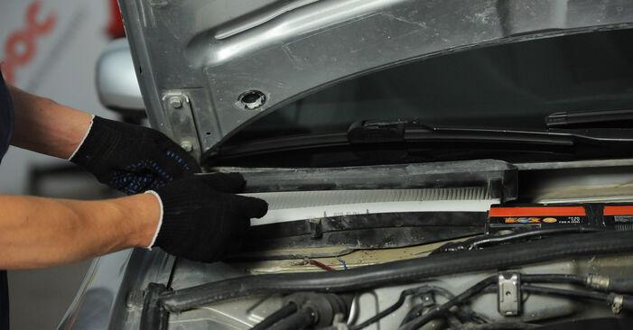 Innenraumfilter beim AUDI A4 1.6 2001 selber erneuern - DIY-Manual