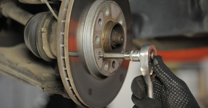 Wie Bremsscheiben OPEL Astra H Caravan (A04) 1.7 CDTI (L35) 2005 austauschen - Schrittweise Handbücher und Videoanleitungen