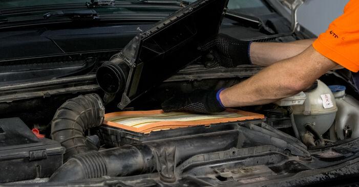 Wie schwer ist es, selbst zu reparieren: Luftfilter Mercedes Vito W639 122 CDI 3.0 2009 Tausch - Downloaden Sie sich illustrierte Anleitungen
