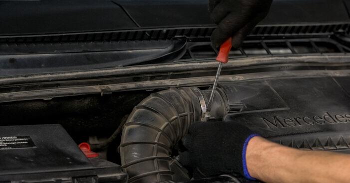 Austauschen Anleitung Luftfilter am Mercedes Vito W639 2013 115 CDI 2.2 selbst