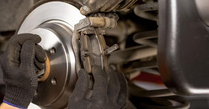 Austauschen Anleitung Bremsscheiben am Mercedes Vito W639 2013 115 CDI 2.2 selbst