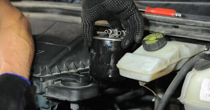 Ako vymeniť Palivový filter na MERCEDES-BENZ VITO Autobus (W639) 2008: stiahnite si PDF návody a video inštrukcie.