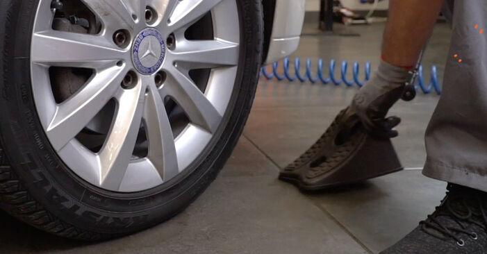 Schritt-für-Schritt-Anleitung zum selbstständigen Wechsel von Mercedes Vito W639 2016 116 CDI 2.2 Bremsbeläge