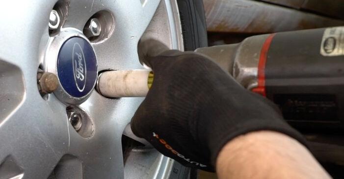Wie schwer ist es, selbst zu reparieren: Bremsbeläge Ford Mondeo mk3 Limousine 2.2 TDCi 2006 Tausch - Downloaden Sie sich illustrierte Anleitungen