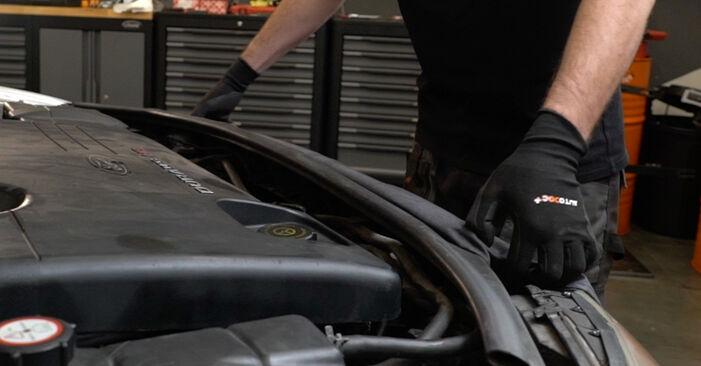 Wie Ölfilter FORD MONDEO III Stufenheck (B4Y) 2.0 16V 2001 austauschen - Schrittweise Handbücher und Videoanleitungen