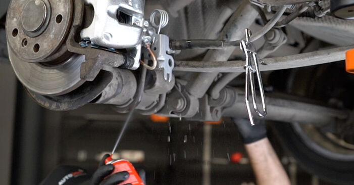 Bremssattel beim VW CADDY 1.4 2011 selber erneuern - DIY-Manual