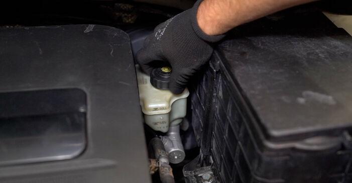 Wie Bremssattel VW Caddy III Kombi (2KB, 2KJ, 2CB, 2CJ) 1.6 TDI 2005 austauschen - Schrittweise Handbücher und Videoanleitungen