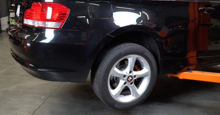 Wie Verschleißanzeige Bremsbeläge BMW 1 Coupe (E82) 123d 2.0 2007 austauschen - Schrittweise Handbücher und Videoanleitungen