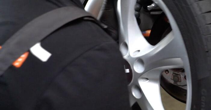 Wechseln Verschleißanzeige Bremsbeläge am BMW 1 Coupe (E82) 118d 2.0 2009 selber