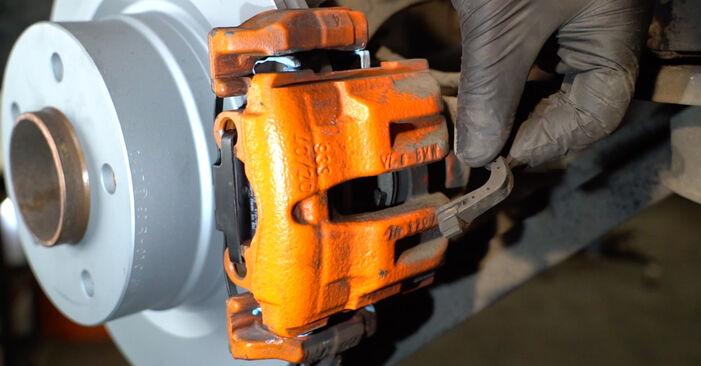 Wie BMW 1 SERIES 125i 3.0 2010 Verschleißanzeige Bremsbeläge ausbauen - Einfach zu verstehende Anleitungen online