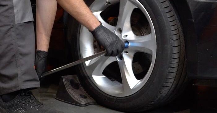 Kaip pakeisti BMW 1 Coupe (E82) 120d 2.0 2007 Susidėvėjimo indikatorius, stabdžių trinkelės - išsamios instrukcijos ir vaizdo pamokos