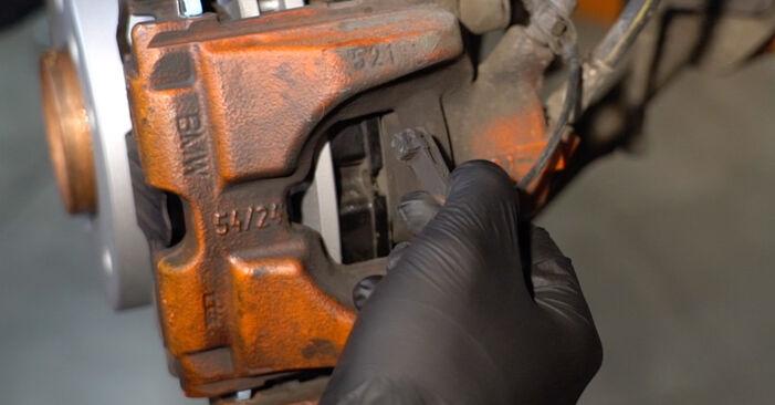 Kaip pakeisti Susidėvėjimo indikatorius, stabdžių trinkelės BMW 1 Coupe (E82) 2011: atsisiųskite PDF instrukciją ir vaizdo pamokas