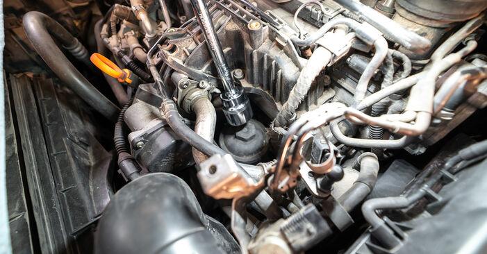 Wie schwer ist es, selbst zu reparieren: Ölfilter Touran 1t3 2.0 TDI 2010 Tausch - Downloaden Sie sich illustrierte Anleitungen