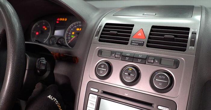Tausch Tutorial Innenraumfilter am VW TOURAN (1T1, 1T2) 2007 wechselt - Tipps und Tricks