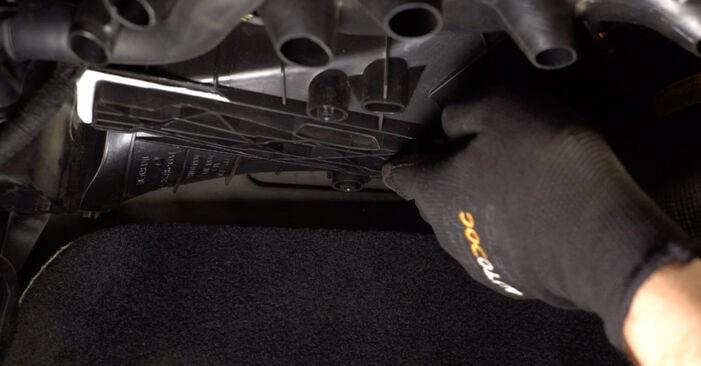Innenraumfilter beim VW TOURAN 2.0 TDI 16V 2010 selber erneuern - DIY-Manual