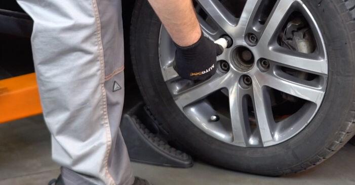 Kaip pakeisti VW TOURAN (1T1, 1T2) 1.9 TDI 2004 Pasukimo trauklė - išsamios instrukcijos ir vaizdo pamokos