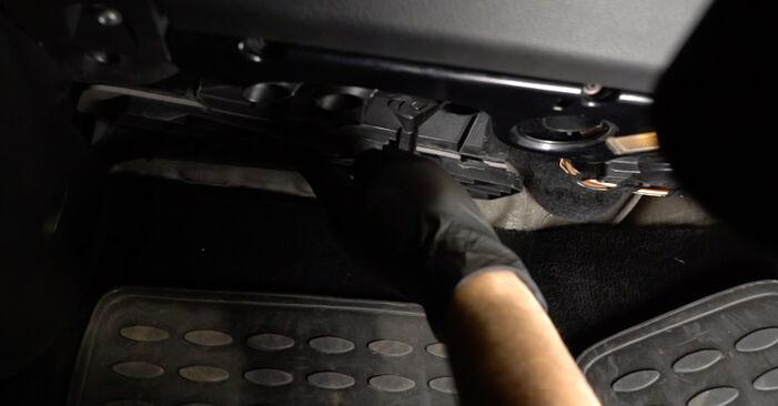 Innenraumfilter am VW Passat Variant (3C5) 2.0 TDI 16V 4motion 2010 wechseln – Laden Sie sich PDF-Handbücher und Videoanleitungen herunter
