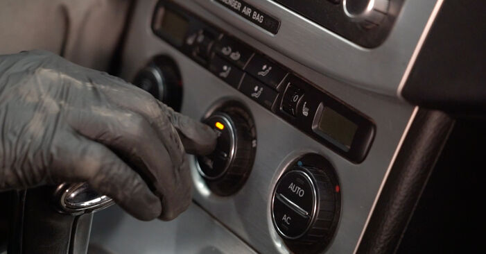 Innenraumfilter beim VW PASSAT 1.6 TDI 2005 selber erneuern - DIY-Manual