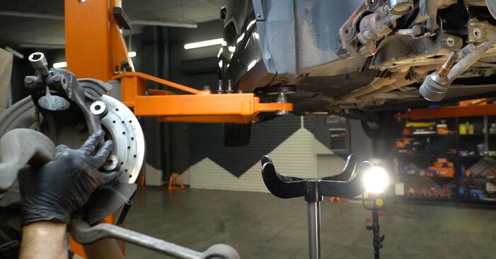 Как да сменим BMW 1 купе (E82) 120d 2.0 2007 Амортисьор - стъпка по стъпка инструкции и видео ръководства