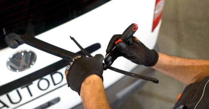 Как се сменя Перо на чистачка на VW Caddy III Комби (2KB, 2KJ, 2CB, 2CJ) 1.6 2007 самостоятелно