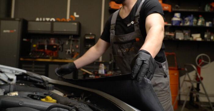 Cómo reemplazar Filtro de Aceite en un RENAULT Clio III Hatchback (BR0/1, CR0/1) 1.5 dCi 2006 - manuales paso a paso y guías en video