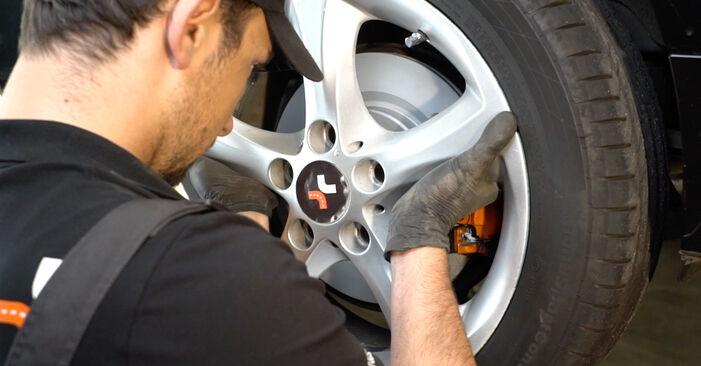 Kako zamenjati BMW 1 Coupe (E82) 120d 2.0 2007 Blazilnik - priročniki s koraki in video vodniki