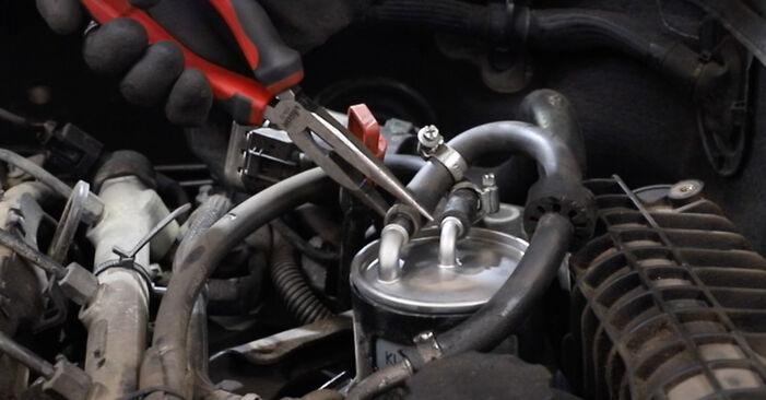 Kraftstofffilter beim MERCEDES-BENZ E-CLASS E 200 1.8 Kompressor (211.042) 2009 selber erneuern - DIY-Manual